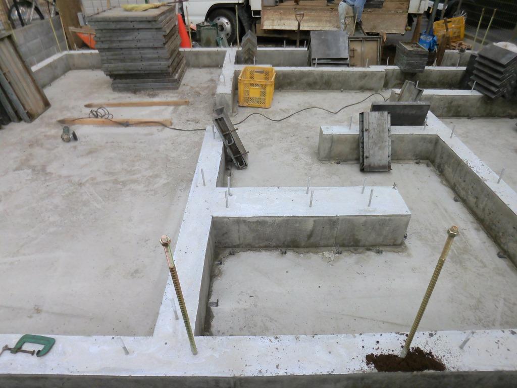 本日基礎の型枠を撤去し、玄関ポーチの土間コン打設用の型枠を設置しました。
