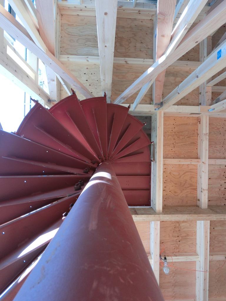 本日は、螺旋階段の鉄骨部分の完了後の画像、屋根とサッシの一部を公開します。