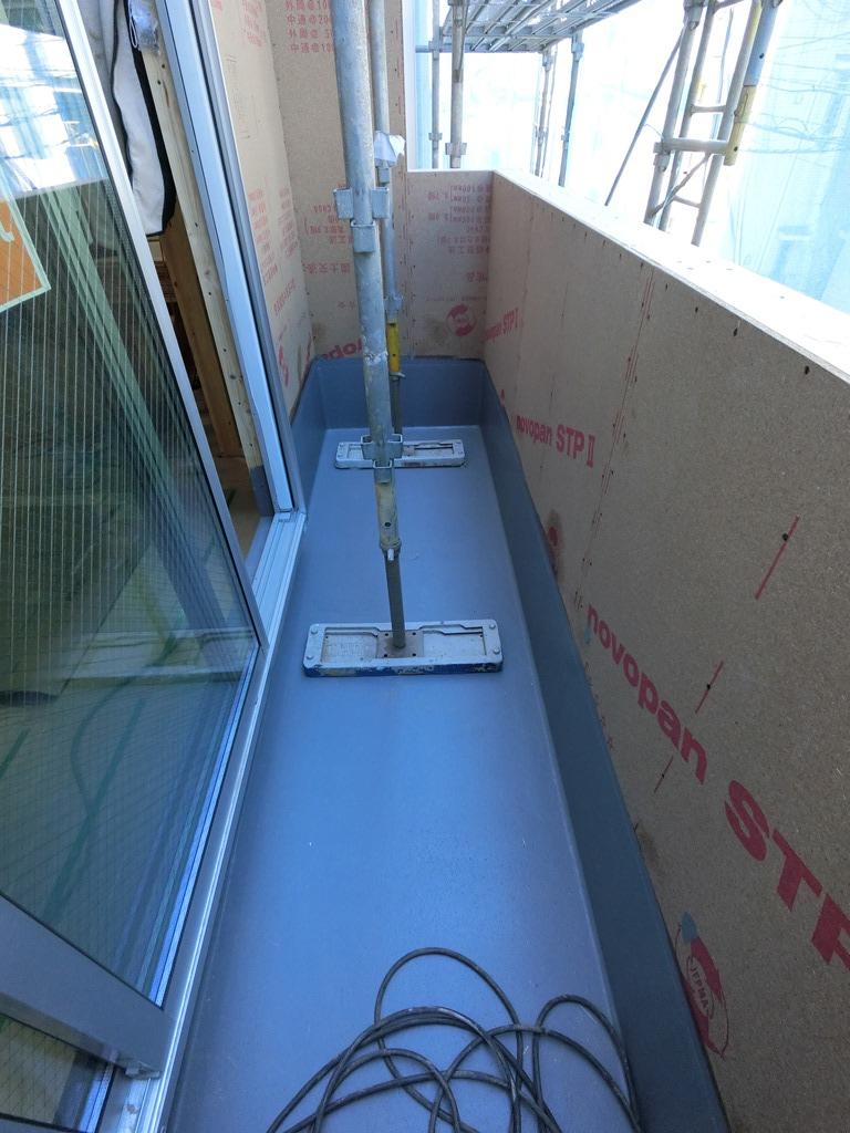一昨日バルコニーの防水工事が終了し、昨日ダイニングキッチンの掃出し窓を設置しました。本日床暖房設置しました。