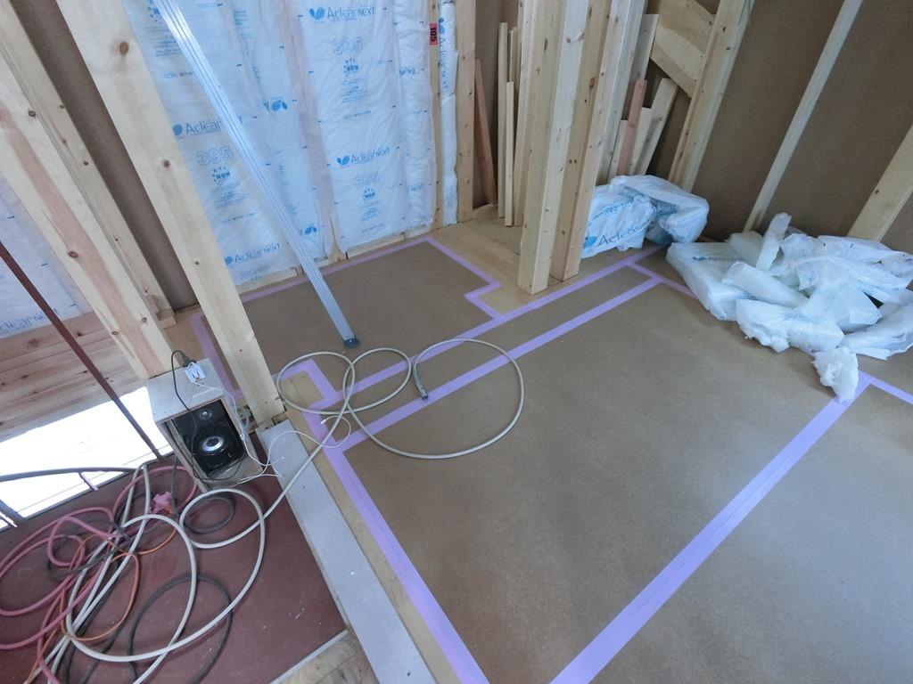 電気の屋内配線・外壁防水透湿シート張り・玄関ドア取り付け完了しました。フローリング、断熱材貼り始めました。